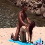 Caiu na net ruiva gostosa transando na praia com moreno dotado