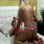 Loiras gostosas na cama fazendo massagem