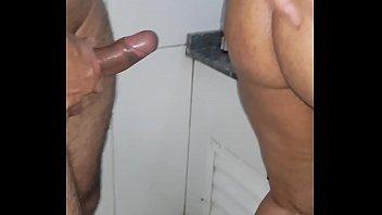 Safada fodeu com o segurança dentro do banheiro