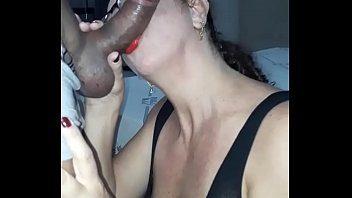 Esposa caseira do xvideos muito boazuda dando uma chupada gulosa no seu casadinho roludo safadão