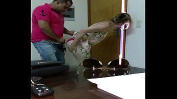 Gostosa tirou a roupa no escritório do xvideos para transar com namorado
