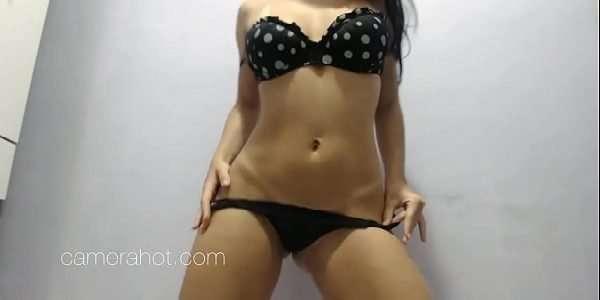 Ninfetinha dançando na webcam