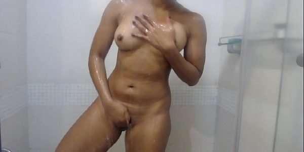 Novinha safada brincando no banho