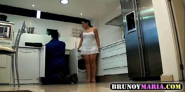 Video de uma gostosa pegando o rapaz que foi ajeitar o seu banheiro