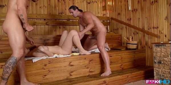 Gostosa metendo com dois na sauna