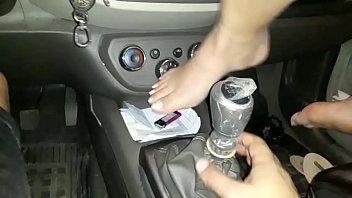 Safada usa o câmbio do carro como consolo