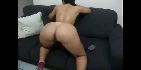 Morena safada de quatro no sofá