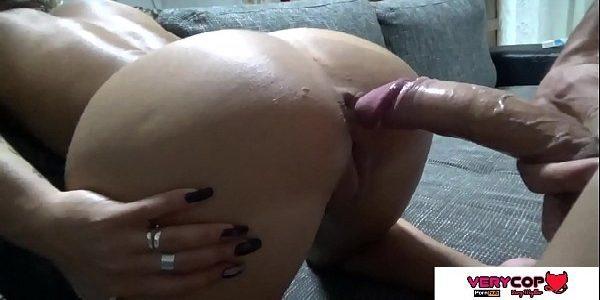Loirinha gostosa de quatro no sofá dando a buceta