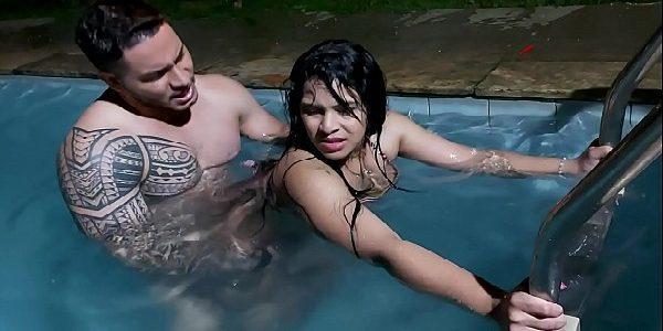 Peguei a novinha da bunda gostosa na piscina