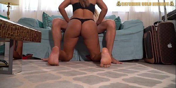 Brasileira gostosa transando no sofá