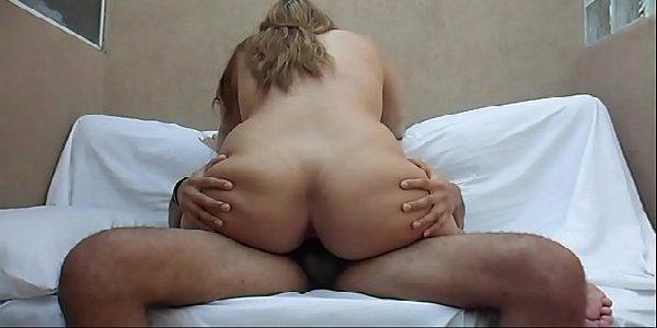 Loira metedeira trepando no sexo caseiro