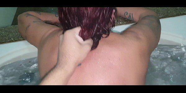 Ruiva amadora na banheira do motel transando gostoso