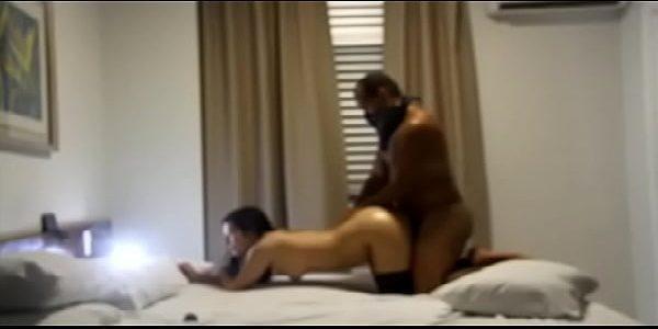 Negão fodendo a novinha gostosa ouvindo eletronica no motel