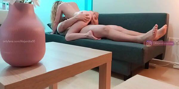 Filme amador loira gostosinha fodendo no sofá com seu namorado