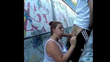 Gordinha pagando um boquetão bem gostoso no túnel caiu na net